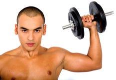 Pesi di sollevamento dell'uomo muscolare Immagini Stock