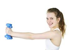 Pesi di sollevamento della ragazza attiva adatta per forma fisica Immagine Stock