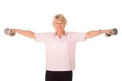 Pesi di sollevamento pensionati della signora Immagine Stock