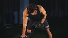 Peso caucasiano adulto novo alegre do exercício do homem dentro do gym video estoque
