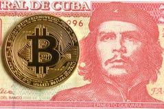 Peso cubano com o retrato de Ernesto Che Guevara e de Bitcoin mon fotos de stock