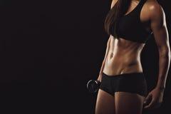 Peso de elevación de la mujer muscular Fotos de archivo libres de regalías