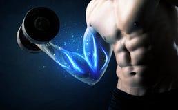 Peso de elevación del atleta apto con concepto azul de la luz del músculo Foto de archivo