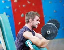 Peso de levantamento do Bodybuilder na ginástica do esporte Fotografia de Stock