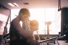 Peso de levantamento do homem de Asain no gym Fotografia de Stock Royalty Free