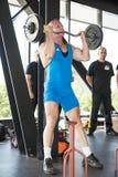 Peso de levantamento do homem forte no campeonato Fotos de Stock