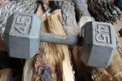 Peso peso de 45 libras no fundo de madeira fotos de stock