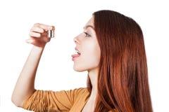 Peso del control de la muchacha que se prepara para comer Imágenes de archivo libres de regalías