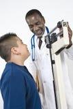Peso del doctor Checking Boy imagenes de archivo