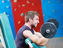 Peso di sollevamento del Bodybuilder a ginnastica di sport Fotografia Stock