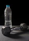 Peso do metal com garrafa de água Imagens de Stock