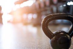 peso do metal no gym kettlebell no health club aptidão, trainin foto de stock royalty free