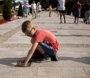 Peso joven del muchacho encima de la marca de la mano, en la avenida de estrellas Imagen de archivo libre de regalías