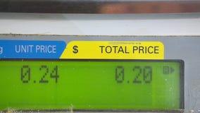 Peso nas escalas de comércio no supermercado Exposição do close-up com números video estoque