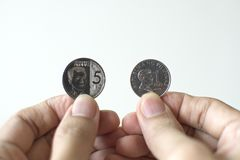 Peso niedawno wypuszczone pięć monet Banko Sentral ng Pilipinas fotografia stock