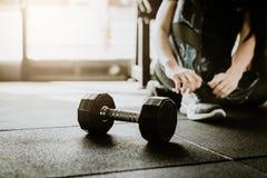 Peso no assoalho no gym com a mulher no fundo fotos de stock