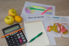 Peso perdedor com a ajuda de uma dieta do fruto dieta do fruto de Baixo-caloria Frutas e fita de medição Imagem de Stock