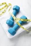 Peso perdedor com exercício e fita métrica saudáveis Imagem de Stock