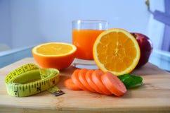 Peso perdedor, frutos frescos e um suco de laranja fotografia de stock