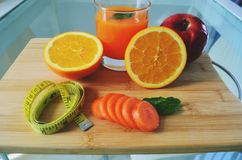 Peso perdedor, frutos frescos e um suco de laranja fotos de stock