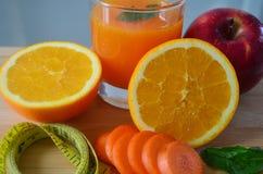 Peso perdedor, frutos frescos e um suco de laranja fotos de stock royalty free