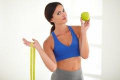peso perdidoso de la mujer Salud-consciente con la fruta Imagen de archivo