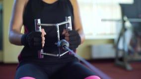 Peso pesado de elevación de la aptitud y de tracción de sexo femenino con el equipo del ejercicio metrajes