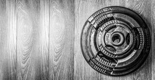 Peso pesante del piatto del bilanciere sul pavimento della palestra pronto per l'allenamento di culturismo di forza Immagini Stock