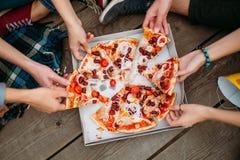 Peso sano de la forma de vida de la consumición de la comida basura de la pizza fotografía de archivo
