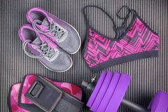 Peso, sutiã do esporte e sapatilha roxos, equipamentos de esporte, artigos da aptidão, vista superior imagens de stock royalty free