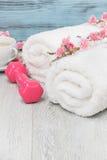 Peso, toalhas e chá vivos saudáveis da mão do conceito Imagem de Stock