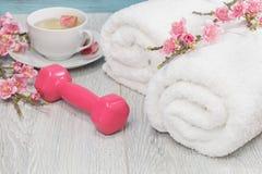 Peso, toalhas e chá vivos saudáveis da mão do conceito Foto de Stock