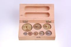 Pesos de balance en rectángulo de madera Foto de archivo libre de regalías
