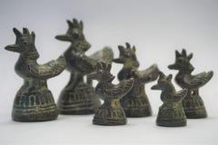 Pesos de bronce del opio de gallos con la cresta de gallo fotografía de archivo