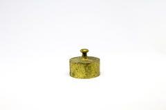 Pesos de bronze antigos da calibração isolados no fundo branco Foto de Stock