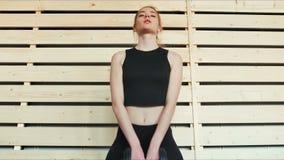 Pesos de elevación de la mujer hermosa en gimnasio almacen de metraje de vídeo