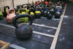 Pesos de Kettlebell en un club de fitness foto de archivo