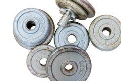 Pesos de la pesa de gimnasia del equipo de la aptitud en aislante del fondo imágenes de archivo libres de regalías