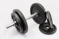 Pesos de la pesa de gimnasia del equipo del ejercicio de la aptitud en el fondo blanco Fotos de archivo libres de regalías