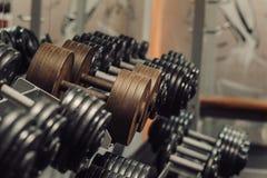 Pesos de la pesa de gimnasia en gimnasia Imágenes de archivo libres de regalías