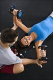 Pesos de levantamento da mulher Imagem de Stock Royalty Free