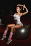 Pesos de levantamento da mulher atlética fotografia de stock royalty free
