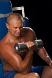 Pesos de levantamento do bodybuilder muscular Fotos de Stock