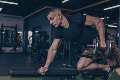 Pesos de levantamento do halterofilista masculino no gym fotos de stock royalty free