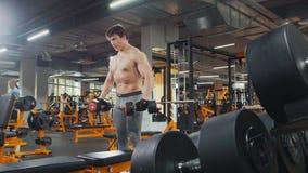 Pesos de levantamento do homem do atleta sem a camisa no gym Fotografia de Stock Royalty Free