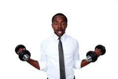 Pesos de levantamento surpreendidos do homem de negócios africano Imagens de Stock Royalty Free