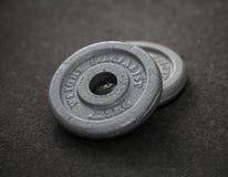 Pesos del ejercicio - pesa de gimnasia del hierro Foto de archivo
