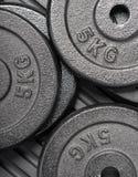 Pesos do barbell do Gym em uma esteira do exercício foto de stock