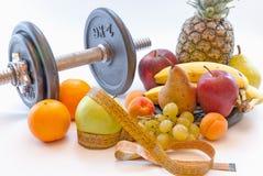 Pesos e frutos sortidos e conceito saudável da perda de peso do estilo de vida do medidor Imagens de Stock