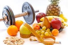 Pesos e frutos sortidos e conceito saudável da perda de peso do estilo de vida do medidor Imagens de Stock Royalty Free